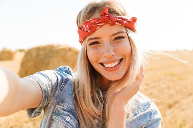 Wesoła młoda blondynka w opasce