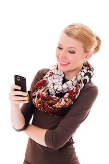 Wesoła młoda kobieta wiadomości tekstowych