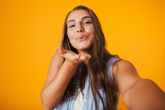 Wesoła młoda kobieta z nadwagą, biorąc selfie