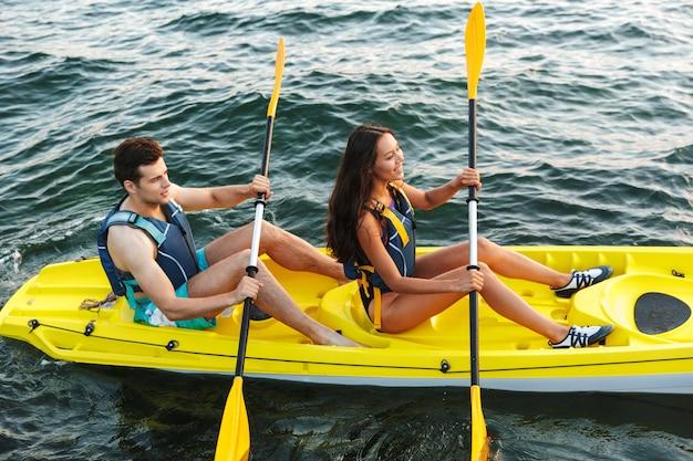 Wesoła młoda para spływy kajakowe