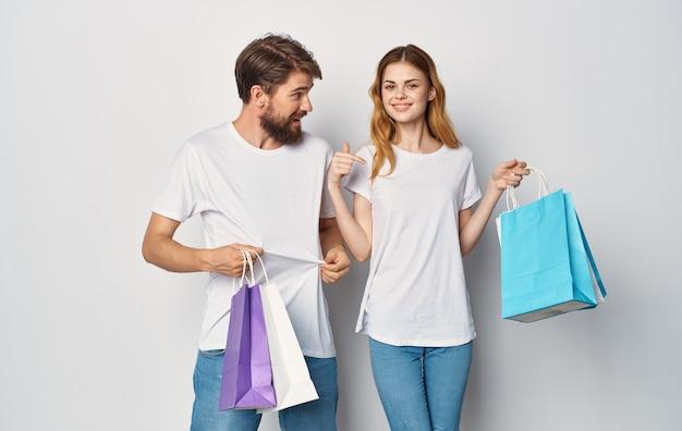 Wesoła młoda para t-shirt dżinsy emocje radość zakupy