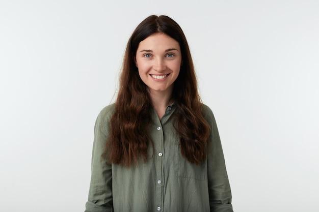 Wesoła młoda piękna brunetka długowłosy kobieta pokazuje swoje białe idealne zęby