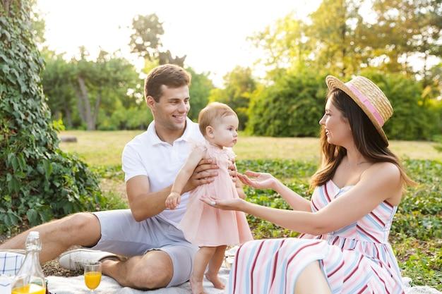 Wesoła Młoda Rodzina Z Małą Córeczką Spędzającą Razem Czas Premium Zdjęcia