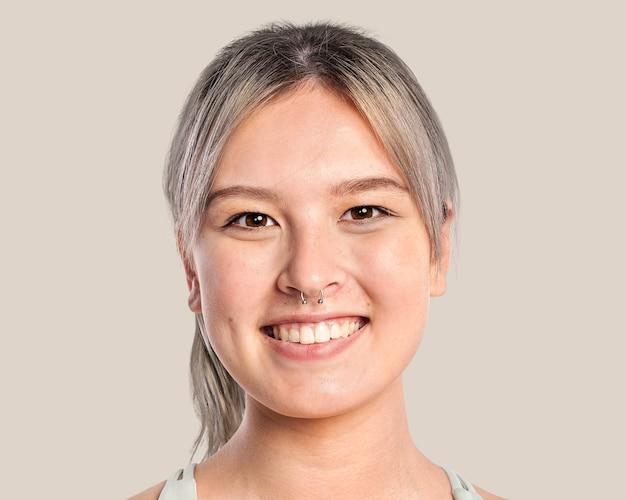Wesoła nastolatka, portret uśmiechniętej twarzy