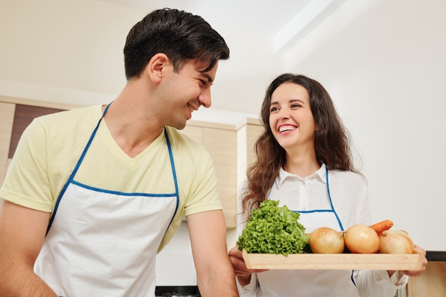 Wesoła para gotowa do gotowania