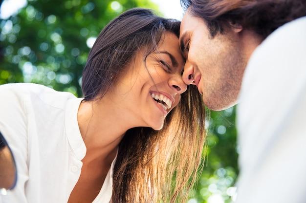 Wesoła para romantyczna