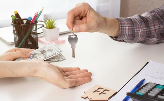 Wesoła para z kluczami do swojego nowego domu