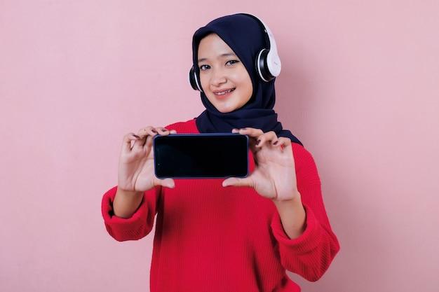 Wesoła, piękna kobieta, słuchanie muzyki z telefonu