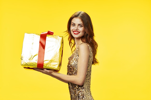 Wesoła piękna kobieta trzyma prezent