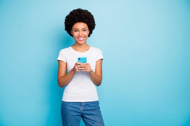 Wesoła piękna pani trzyma telefon ząbkowy uśmiech