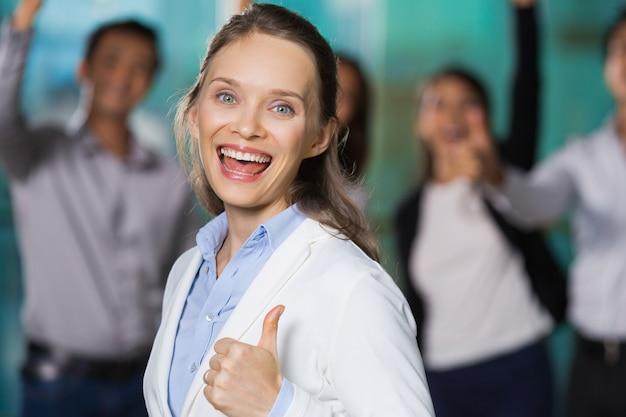 Wesoła pretty business woman wyświetlanie thumb up