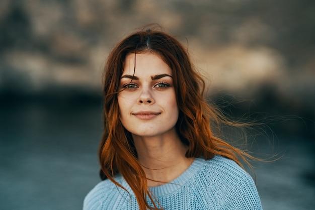 Wesoła redhaired kobieta na zewnątrz natura spacer emocje