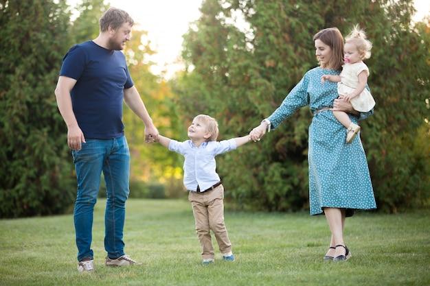 Wesoła rodzina w parku