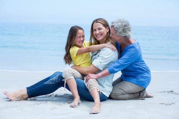 Wesoła rodzina wielopokoleniowa na brzegu morza