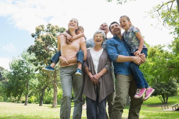 Wesoła rodzina wielopokoleniowa w parku