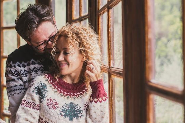 Wesoła romantyczna para w święta bożego narodzenia w domu