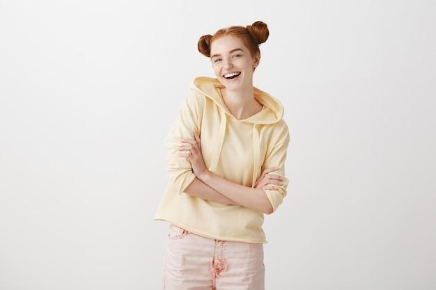 Wesoła ruda nastolatka śmiejąca się i uśmiechnięta szeroko