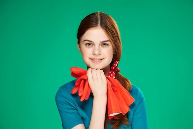 Wesoła sprzątaczka czerwone rękawiczki gumowe w rękach emocje przycięty widok opieki domowej
