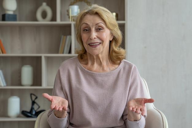 Wesoła starsza kobieta z s rozmawia przez kamerę internetową komunikuje się na czacie wideo online