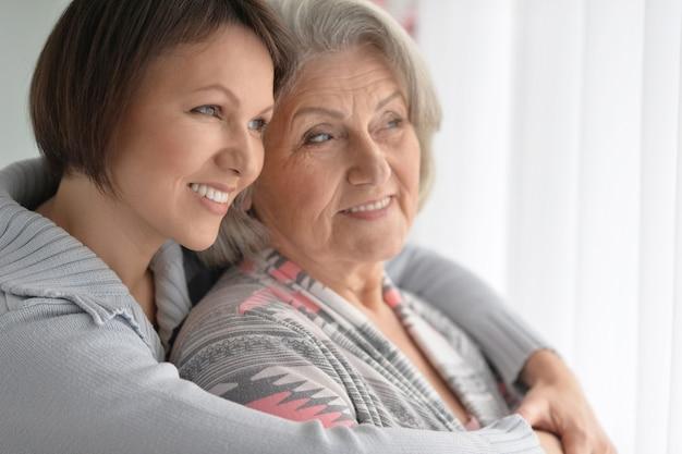 Wesoła starsza matka i dorosła córka razem