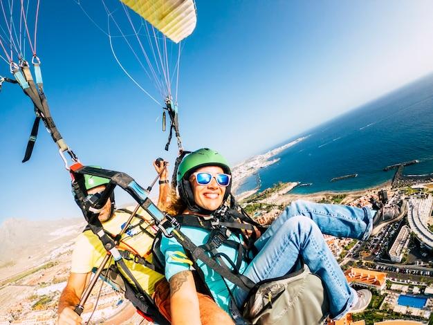 Wesoła szczęśliwa kobieta do paralotni z pilotem