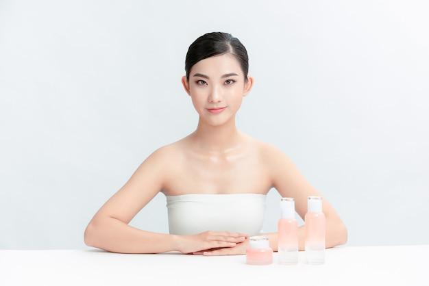 Wesoła vlogerka pokazuje produkty kosmetyczne, udzielając porad na swoim blogu o urodzie.