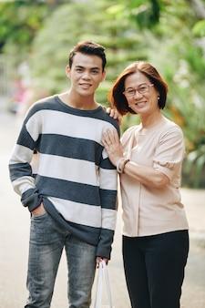 Wesoła wietnamska matka i syn