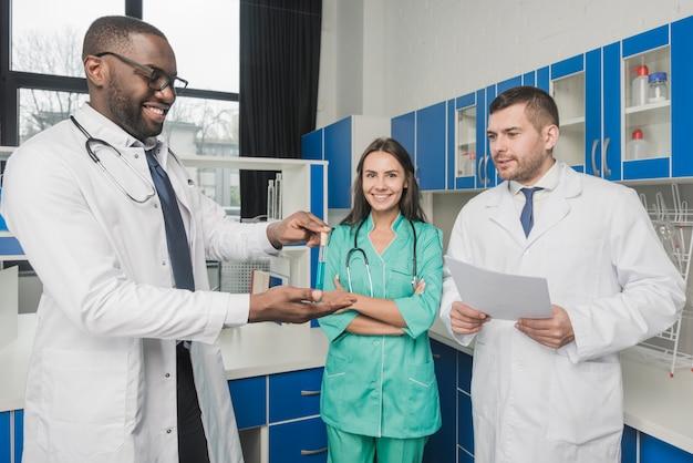 Wesoła zespół medyków w laboratorium