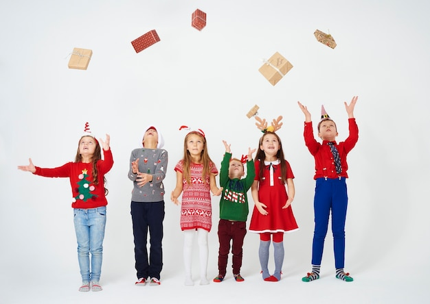 Wesołe dzieci rzucają prezent