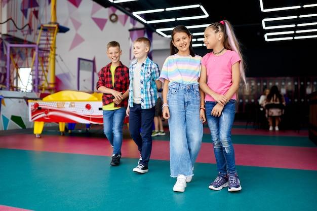 Wesołe dzieci spacerujące po centrum rozrywki