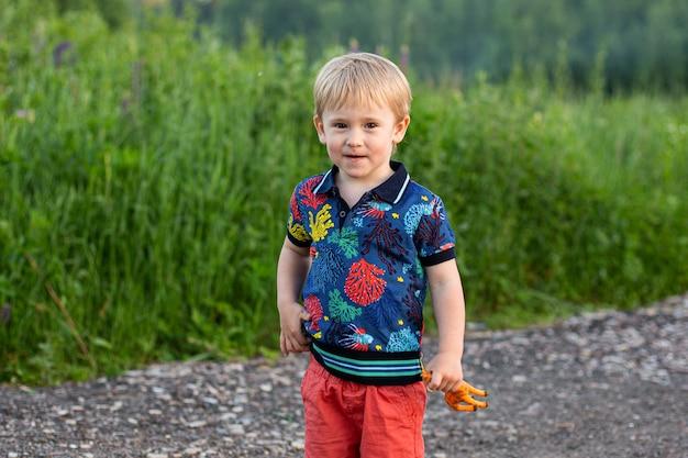 Wesołe dziecko w kolorowej sukience z drogi