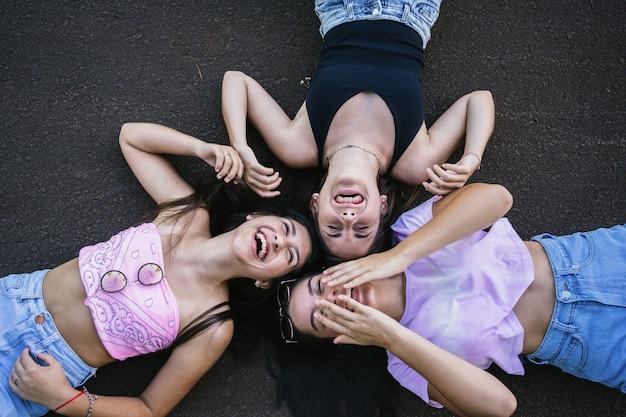 Wesołe dziewczyny leżące na świeżym powietrzu.