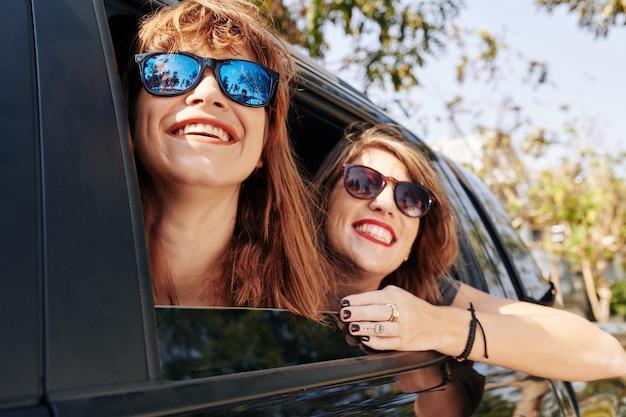 Wesołe kobiety jeżdżące w samochodzie