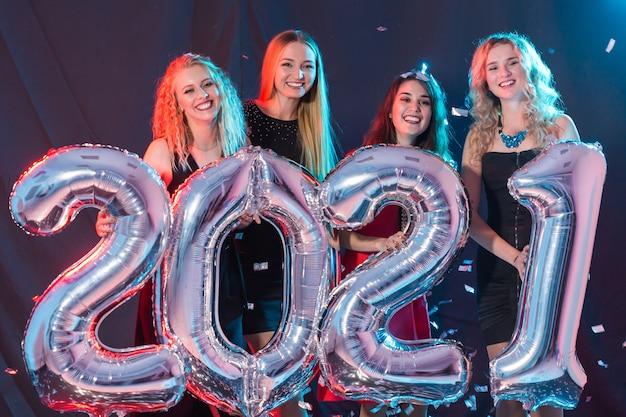 Wesołe młode kobiety z okazji sylwestra 2021