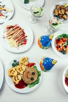 Wesołe przekąski ziemniaczane i inne świąteczne dania na wakacje dla dzieci