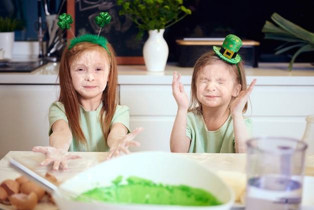 Wesołe rodzeństwo bawi się mąką