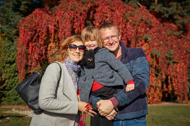 Wesołe rodzinne spacery po jesiennym parku