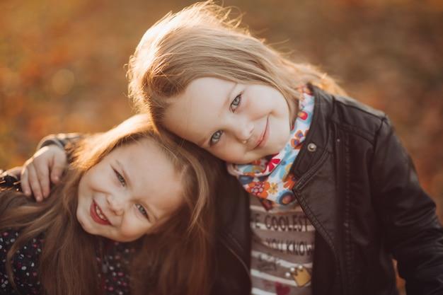 Wesołe siostrzyczki radują się ze sobą i śmieją