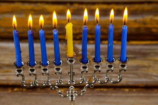 Wesołe żydowskie święto obchodzi święto menory chanuki zapalania świec