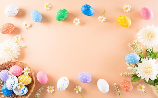 Wesołego alleluja! kolorowe pisanki z kwiatkiem na pastelu