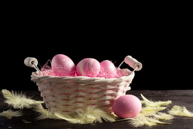 Wesołego alleluja! wielkanocni jajka na drewnianym tle