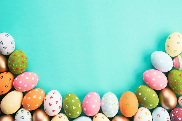 Wesołego alleluja! wiosłuje wielkanocnych jajka na zielonym pastelowym tle.