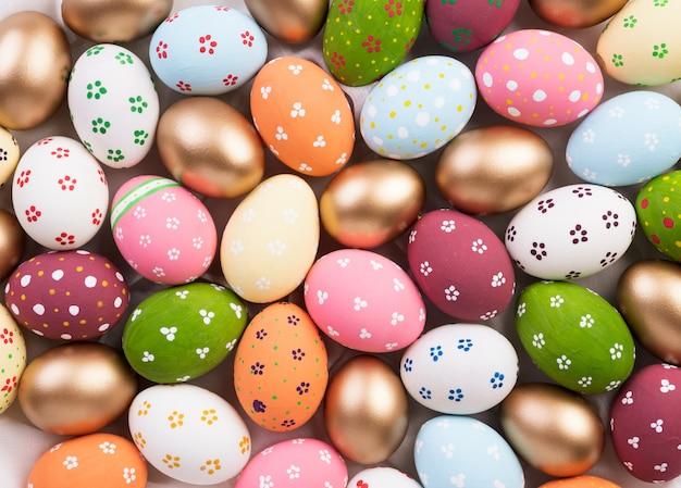 Wesołego alleluja! zbliżenie kolorowy wielkanocnych jajek tło.