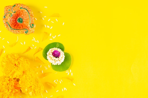 Wesołego festiwalu dusera. gliniana diya i kwiat na żółtym papierze z tekstem. leżał na płasko