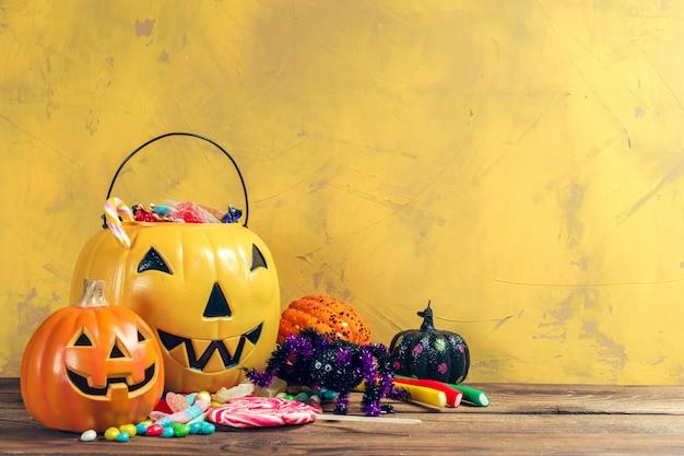 Wesołego halloween! dynia z cukierkami w domu.