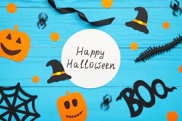 Wesołego halloween kompozycji z dekoracją na niebieskiej powierzchni drewnianej
