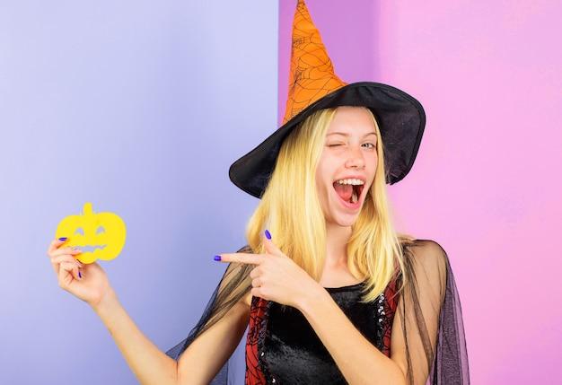 Wesołego halloween. mrugając kobieta z papierową banią. cukierek albo psikus. 31 października.