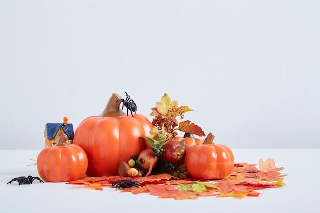 Wesołego halloween udekoruj dynię i lampiony z dyni jesiennymi liśćmi