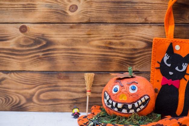 Wesołego halloween z dynią na imprezę. cukierek albo psikus w sezonie jesiennym.