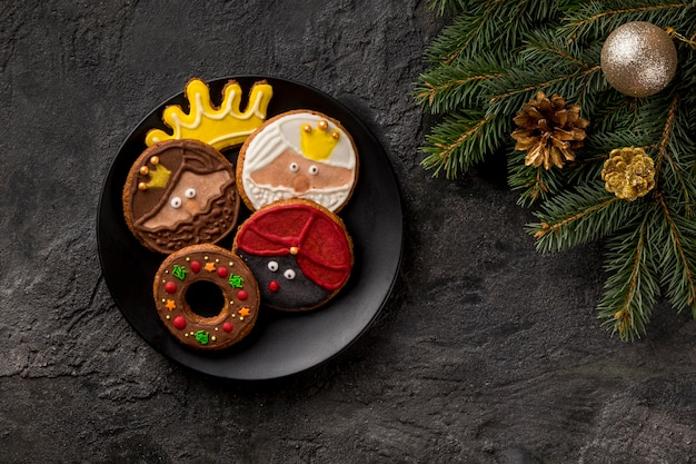 Wesołego trzech króli smaczne ciastka i igły sosnowe